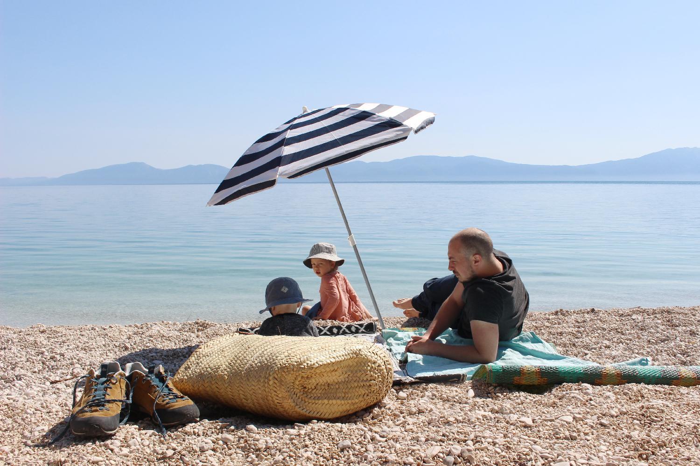 Grand-père, la plage et le soleil